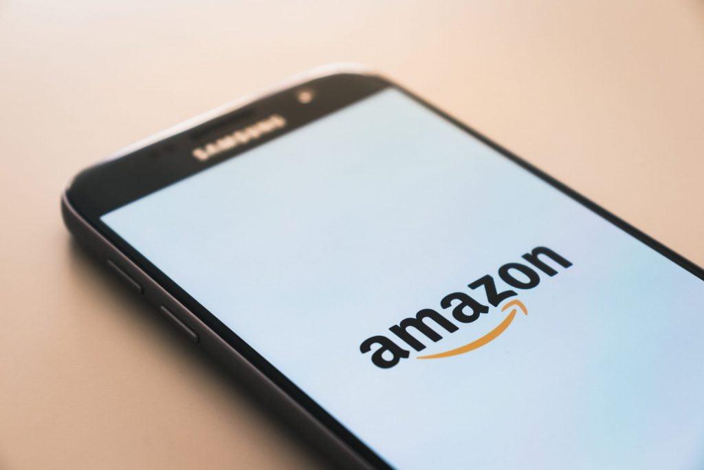 Pantalla de móvil con logo de Amazon