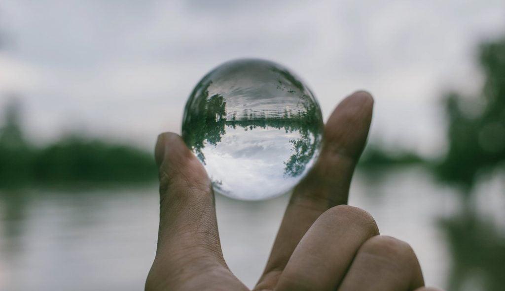 mano objeto transparente
